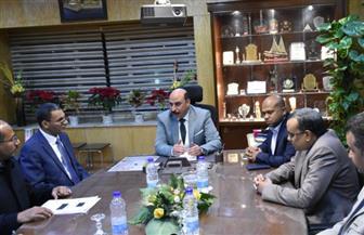 محافظ أسوان يعقد اجتماعا مع مسئولي الصحة