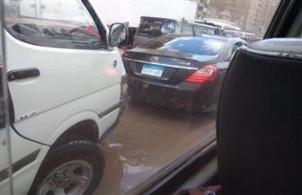 كسر بخط مياه يسبب شللا مروريا في جسر السويس وانقطاع المياه عن عدة مناطق| صور