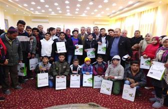 محافظ شمال سيناء يسلم 32 سماعة أذن لضعاف السمع | صور