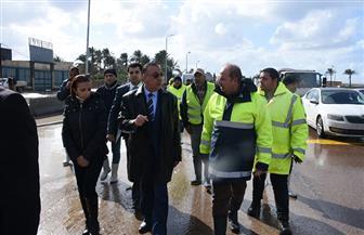 محافظ الإسكندرية يتابع أعمال رفع تجمعات مياه الأمطار بالطريق الصحراوي | صور