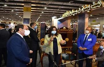 """الرئيس السيسي يتفقد جناح مدينة دمياط للأثاث خلال افتتاح معرض """"تراثنا للحرف اليدوية والتراثية"""""""