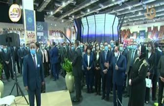 الرئيس السيسي يجري حوارا مع العارضين بمعرض تراثنا ويشيد بالمعروضات