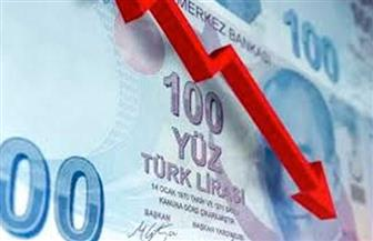 الليرة التركية تواصل هبوطها الحاد وتتراجع دون 8.1 للدولار