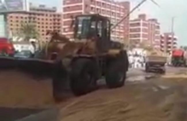 رفع آثار انقلاب سيارة المواد البترولية من مفارق سبرباي بطنطا | صور