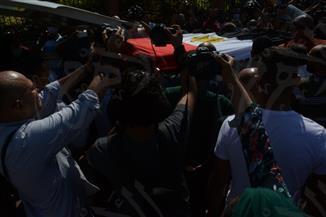 المئات يودعون محمود ياسين ملفوفا بعلم مصر | صور