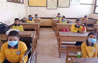 الالتزام والانضباط والتباعد بين الطلاب شعار اليوم الأول بالمدارس| صور