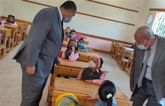 مدير التعليم النموذجي بالأزهر يتفقد الإجراءات الاحترازية مع أول يوم دراسي | صور
