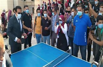 """وزير التعليم العالي يلعب """"تنس الطاولة"""" مع طلاب جامعة القاهرة"""