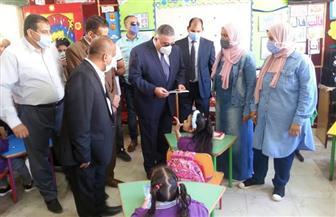 محافظ البحر الأحمر يتفقد مدرسة محمد الطيب بالغردقة في أول يوم دراسي | صور
