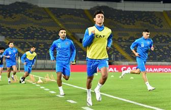 لاعبو الزمالك يخوضون الإحماء قبل انطلاق مباراة الرجاء المغربي