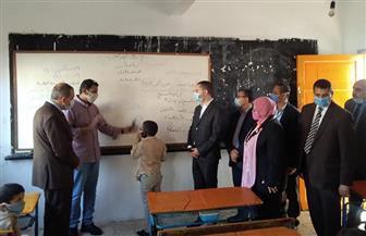 محافظ كفر الشيخ يختبر التلاميذ بمدرسة بقلولة ويشيد بمستواهم التعليمي | صور