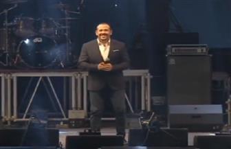 هشام عباس يغني «الطريق الصح» و«قادرين» في احتفالية المنصة وسط تفاعل الجمهور