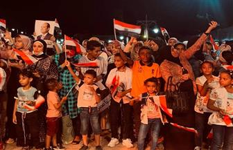 سائحون أجانب يلتقطون صور احتفالات انتصارات أكتوبر بالغردقة   صور
