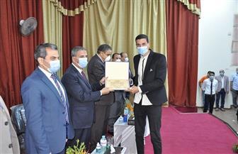 رئيس جامعة كفر الشيخ يلتقي الطلاب الجدد بكليات التربية والطب البيطري والألسن | صور