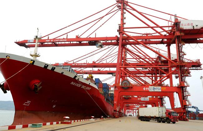 يوم 13 أكتوبر سفينة عابرة للمحيط وهي تفرغ حمولتها في محطة حاويات ميناء ليان يون قانغ في مقاطعة جيانغ