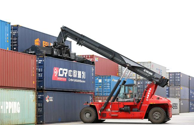 صورة لميناء تشنغدو للسكك الحديدية في سيتشوان. رافعة ثقيلة ترفع الحاويات لوضعها في قطارات الشحن السري