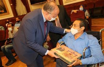 محافظ القاهرة يوزع حلوى المولد النبوي الشريف على الموظفين