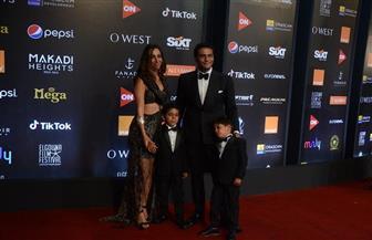 أسرة آسر ياسين على السجادة الحمراء بمهرجان الجونة السينمائي | صور