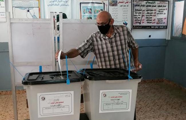 الناخبون من مختلف الأعمار يشاركون في انتخابات النواب
