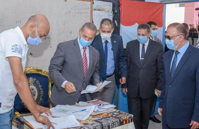 محافظ الإسكندرية يدلي بصوته في انتخابات النواب