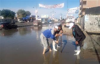 سحب مياه الأمطار المتراكمة بشوارع مطروح | صور