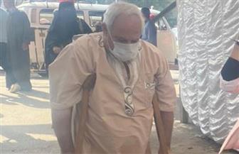 «مسن» من ذوي الاحتياجات الخاصة يدلي بصوته في انتخابات النواب بالهرم