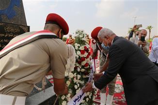 وضع أكاليل الزهور على النصب التذكاري بمناسبة احتفال السويس بعيدها القومي | صور