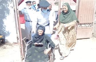 """رجال الشرطة يساعدون """"كبار السن"""" للإدلاء بأصواتهم في لجان الهرم"""