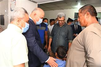 نقل مواطن مريض من المقرات الانتخابية برفقة محافظ قنا  للمستشفى | صور