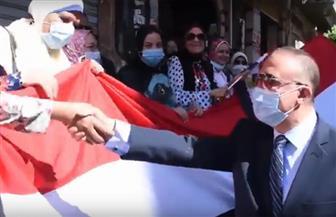 محافظ الإسكندرية يلتقي الناخبين أمام مدرسة عمر مكرم | فيديو