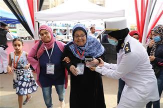 الشرطة النسائية تساعد السيدات كبار السن في انتخابات «النواب» بالجيزة | صور