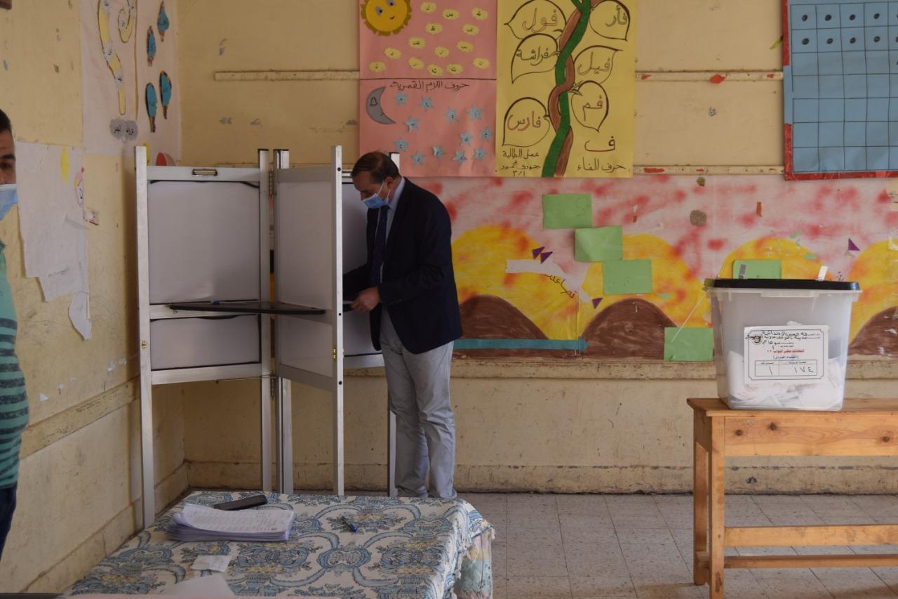 رئيس جامعة سوهاج يدلي بصوته الانتخابي