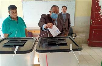 رئيس جامعة حلوان يدلي بصوته في انتخابات مجلس النواب بالعجوزة | صور