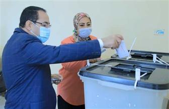 رئيس جهاز التنظيم والإدارة يدلي بصوته في انتخابات مجلس النواب   صور