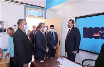 محافظ سوهاج يتفقد عددا من اللجان الفرعية للاطمئنان على سير العملية الانتخابية | صور