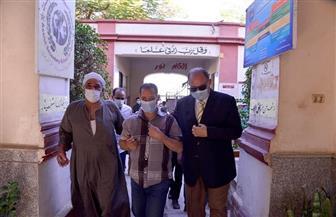 محافظ أسيوط يصطحب كفيفا إلى لجنته للإدلاء بصوته في انتخابات «النواب» | صور