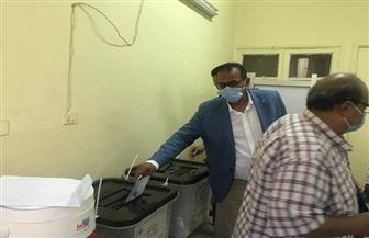 رئيس جامعة أسوان يدلي بصوته في انتخابات «النواب»