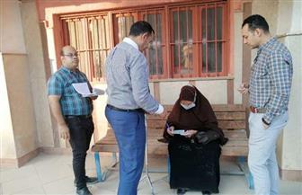 رؤساء لجان يخرجون لكبار السن لمساعدتهم على التصويت في الانتخابات بالفيوم | صور