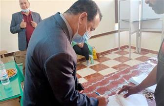 رئيس جامعة الوادي الجديد يدلي بصوته في انتخابات «النواب»