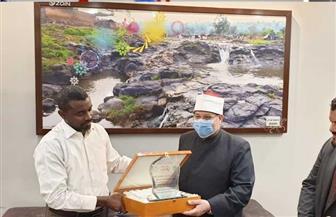 وزير الأوقاف السوداني يهدي مختار جمعة درعا خاصا تقديرا لجهوده العلمية | صور