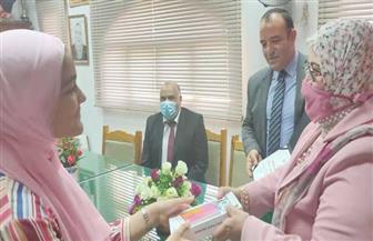 وكيلة تعليم كفر الشيخ ومدير بنك التعمير يكرمان طالبة لتفوقها | صور