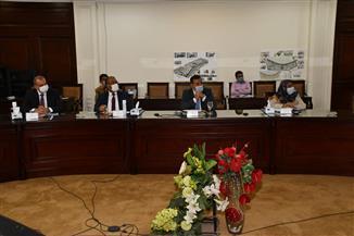 وزير الإسكان يناقش تطوير عدد من المناطق غير المخططة بمحافظتي القاهرة والجيزة