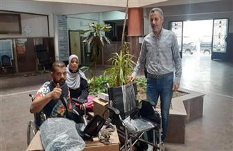 «القباج» توجه بتسليم الشاب «عمرو» كرسيا متحركا وتوفير فرصة عمل له | صور