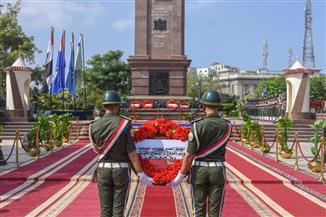 قيادات الإسكندرية يضعون إكليلا من الزهور على النصب التذكاري للشهداء | صور