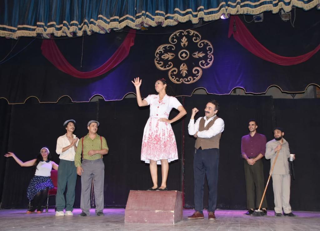 وزيرة الثقافة بجانب من العرض