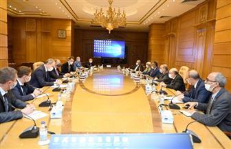 وزير الإنتاج الحربي يبحث التصنيع المشترك للجرارات مع شركة منسك البيلاروسية