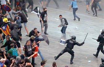 اشتباكات بين متظاهرين والشرطة في برشلونة بسبب قيود كوفيد-19