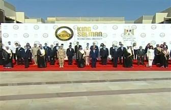 الرئيس السيسي يلتقط صورة تذكارية مع الوفد المرافق خلال افتتاح جامعة الملك سلمان