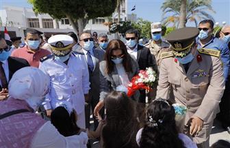 محافظ دمياط تضع إكليلا من الزهور على النصب التذكاري للجندي المجهول | صور