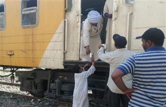 أهالي نجع أبوالريش  يقدمون الماء البارد لركاب قطار الغلابة بأسوان | صور